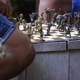 bronzen schaakspel